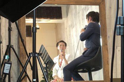 鏡に映る清水健と島田妙子