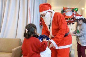 サンタさん プレゼントをもらう子供