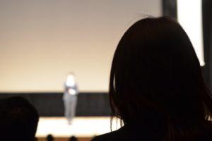 講演会の聴衆、後ろ姿