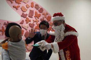 サンタさん、子ども病院、クリスマス会、小児がん、ハイタッチ